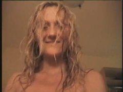 Шведская блондинка в домашнем видео дрочит сладкую киску перед поклонником