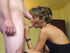 Зрелая развратница в любительском видео после куни удовлетворила друга