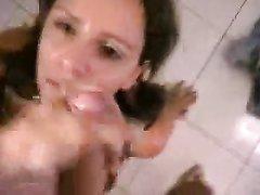 Озабоченная шлюха в нижнем белье и чулках в домашнем анальном видео с БДСМ