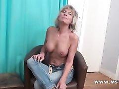 После удачного анального секса зрелая блондинка приняла домашний душ