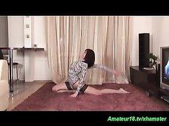 Скрытая камера записала домашнее видео с разминкой обнажённой брюнетки