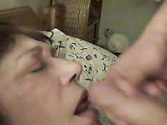 Зрелая дама в домашнем видео открыла рот для мастурбирующего парня и глотает сперму