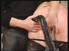 Зрелая женщина в нижнем белье и чулочках в домашнем видео с жёстким БДСМ