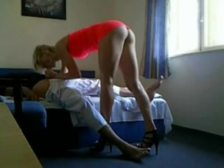 Худая блондинка в розовом платье в любительском видео сделав минет запрыгнула на член