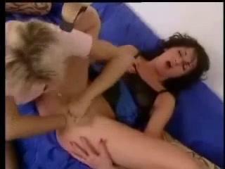 Анальный фистинг и мастурбацию киски в лесбийском видео сделала зрелая блондинка