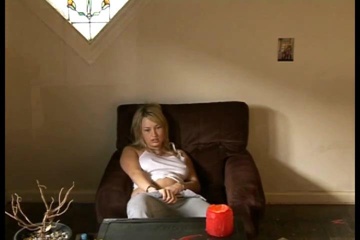 Скрытые камеры с разных ракурсов сняли видео с любительской мастурбацией дамы
