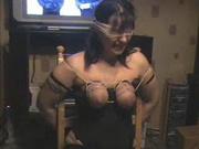 Домашний БДСМ с привязанной к стулу зрелой развратницей записан на видео
