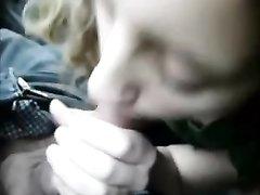 Молодая пассажирка сделала любительский минет таксисту для видео от первого лица
