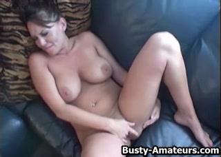 Красивая женщина с большими сиськами в домашнем видео дрочит розовую щель