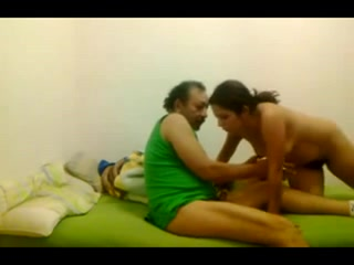 Зрелый мужик и молодая пара легли в постель для домашнего анального секса втроём