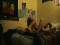 Парочка для любительского секса легла перед вебкамерой в удобную постель