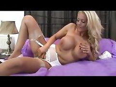 Роскошная зрелая блондинка разделась до нижнего белья в любительском видео