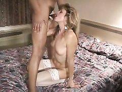 В постели зрелая домохозяйка в чулках наслаждается сексом с окончанием в рот