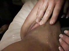Зрелая немка в чулках в любительском видео балдеет от мастурбации киски
