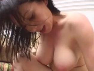 Зрелая и горячая брюнетка в домашнем анальном видео дрочит член до проникновения