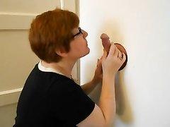 Рыжая зрелая женщина в очках в любительском видео сосёт и дрочит член через дырку