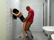 Худая брюнетка в любительском видео трахается в туалете со смуглым незнакомцем