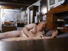 Зрелый толстяк в видео перед скрытой камерой разводит мокрую любовницу
