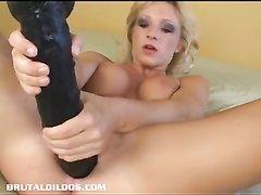 Огромная чёрная секс игрушка в домашнем видео помогает блондинке мастурбировать