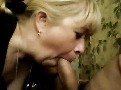 Любительский минет от толстой зрелой блондинки с глотанием спермы снят на видео