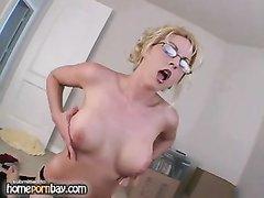 Домашняя мастурбация члена в видео от шикарной блондинки с маленькими сиськами