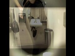 Скрытая камера позволила снять любительское видео с подглядыванием за леди