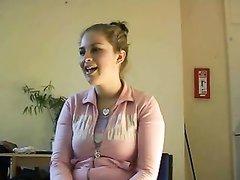 Молодая домохозяйка с широкими бёдрами в видео дрочит член поклонника