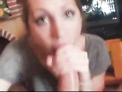Рыжая леди с гламурной внешностью в видео от первого лица строчит любительский минет