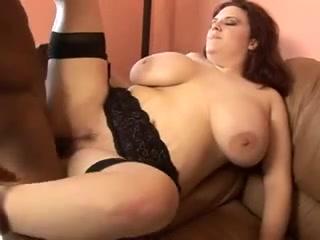 Рыжая толстуха с большими сиськами в чулках вызвала для любительского секса негра