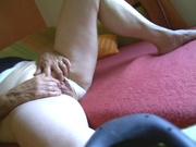 Зрелая домохозяйка не показывая лица сняла на видео мастурбацию киски