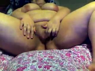 Лёжа в постели зрелая толстуха в видео балдеет лёжа от домашней мастурбации