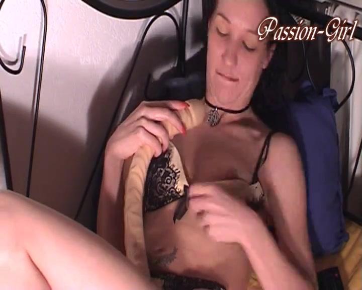 В немецком видео зрелая домохозяйка устроила анальную мастурбацию фаллосом