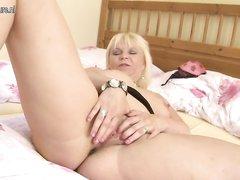 Красивая зрелая блондинка в любительском видео дрочит киску до сквиртинга