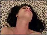 Латинская зрелая брюнетка с силиконовыми сиськами в любительском анальном видео