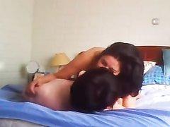 В постели зрелая женщина наслаждается домашним сексом с коллегой по работе