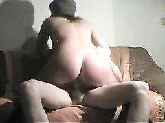 Скромная брюнетка сняла нижнее бельё для домашнего секса в позе наездницы