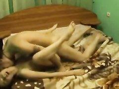 Худая девушка разделась в постели для страстного домашнего секса с поцелуями