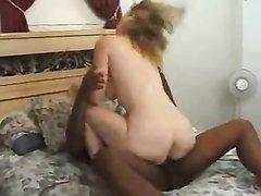 Темнокожий любовник радует зрелую немку необузданным сексом в постели