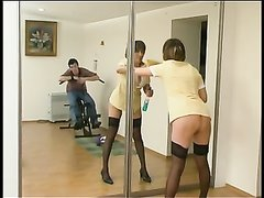 Зрелая домохозяйка в чулках в русском видео соблазнила молодого квартиранта