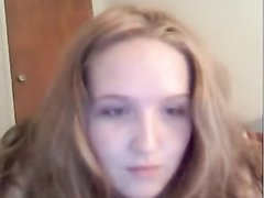 Молодая красотка с пышной фигурой в домашнем видео на вебкамеру дрочит волосатую киску