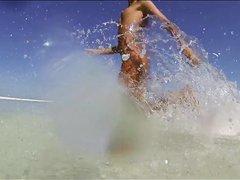 В русском видео худая модель с маленькими сиськами посетила нудистский пляж