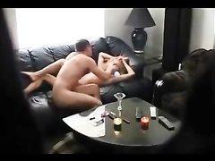 Зрелая блондинка в любительском видео трахается перед скрытой камерой