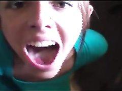 Шаловливая студентка в видео от первого лица совмещает домашний минет и мастурбацию