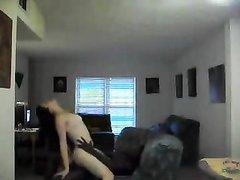 Белая красотка грациозно трахается с негром в домашнем видео на диване