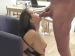 Красивая женщина сняла нижнее бельё для любительского секса с буккакэ