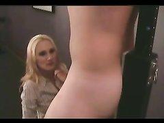 В домашнем видео с женским доминированием блондинка дрочит член связанного парня