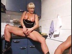 Мускулистый чувак радует зрелую блондинку любительским сексом на кухне