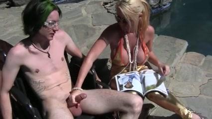 Наглая блондинка под открытым небом в любительском видео дрочит член друга
