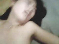 Азиатка с маленькими сиськами в домашнем видео отдалась в волосатую киску
