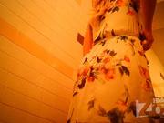 В любительском видео подглядывание за голой блондинкой через скрытую камеру
